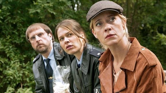 Kommissarin Sophie Haas (Caroline Peters, r.), Dietmar Schäffer (Bjarne Mädel, l.) und Bärbel Schmied (Meike Droste, M.) ermitteln in der Serie Mord mit Aussicht.