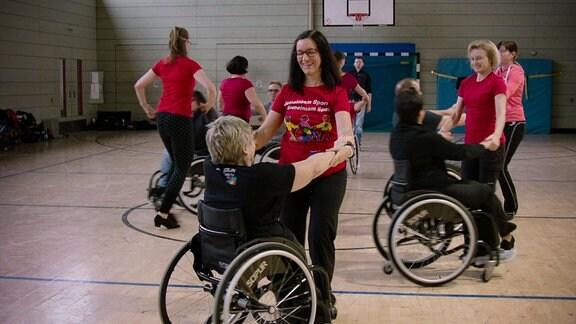 Eine Gruppe von Frauen beim Rollstuhltanz