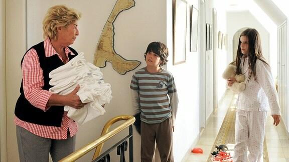 Die beiden Kinder Emily (Giulia Karkhoff, re.) und Robert  (Jean-Luca Classen) bringen frischen Wind in die Pension der grantigen Lina Hansen (Brigitte Janner).