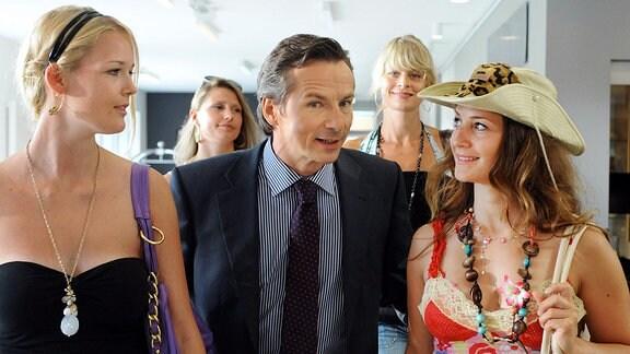 Der Charmeur Stefan (David C. Bunners) umgibt sich gern mit schönen Frauen.