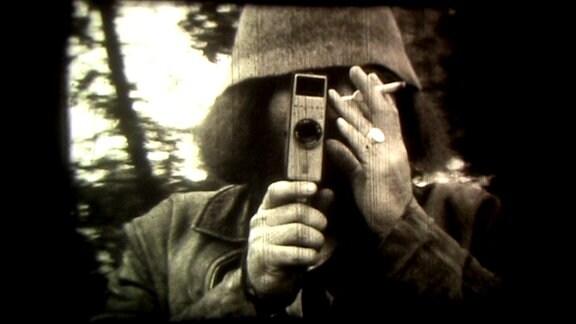 Ein Archivbild von einem Mann mit einer Kamera