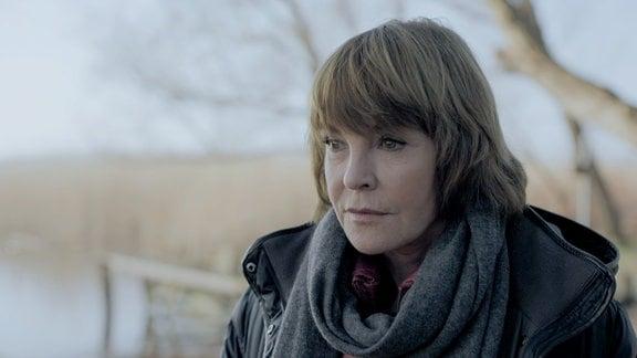 Eine Frau (Katrin Sass) an einem Strand im Winter.