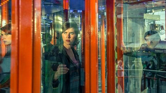 "Kira Dorn (Nora Tschirner) verfolgt Kongo auf dem Rummel im ""Labyrinth""."