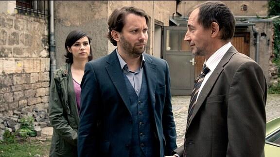 Lessing (Christian Ulmen) bekommt von Kurt Stich (Thorsten Merten,re.) den Autoschlüssel für seinen heißgeliebten Wagen, Kira Dorn (Nora Tschirner) steht im Hintergrund.
