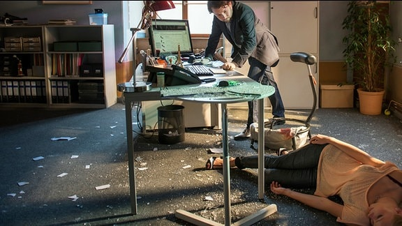 Lessing (Christian Ulmen) am Tatort in der Stadtkämmerei, vor ihm liegt das Opfer Sylvia Kleinert (Nora Quest).