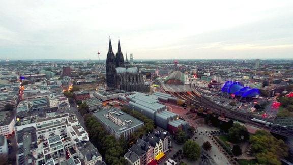 Blick aus der Ferne auf den Dom zu Köln.