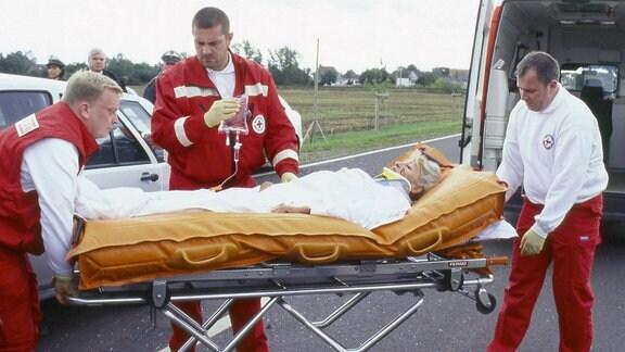 Schwer verletzt wird Edith Reger nach einem Verkehrsunfall ins Krankenhaus gebracht.