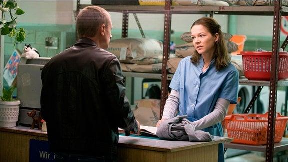 Martin (Florian Lukas, r.)  und Julia (Hannah Herzsprung, r.) treffen sich nach vielen Jahren in einer Wäscherei wieder.