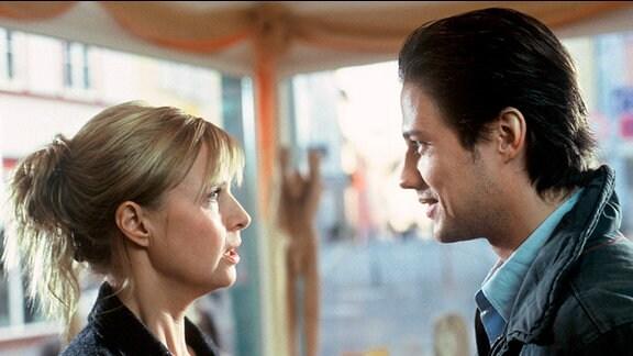 Karin (Katharina Böhm) und der jüngere gutaussehende Andreas (Kristian Kiehling) im Gespräch.