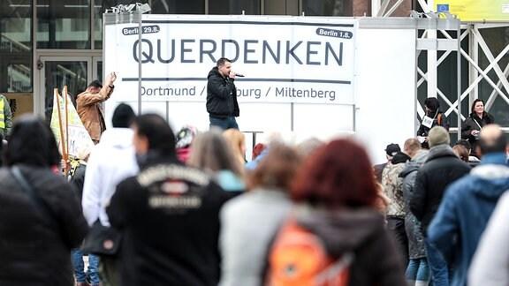 Querdenken - Demonstration, Querdenken, Demonstranten auf dem Dortmunder Friedensplatz.