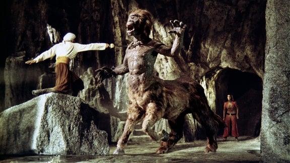 Sindbad (John Phillip Law, l.) beschützt Margiana (Caroline Munro) vor dem Zentaur.