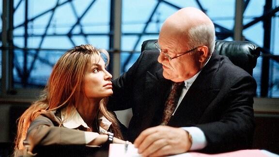 Anne (Alexandra Kamp) bittet ihren Vater Walter Berentzen (Hans Teuscher), Schloss Sandin zu kaufen - und beschwört einen Konflikt herauf.