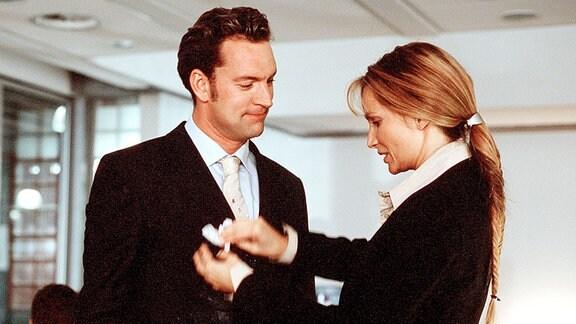 Zwischenfall in der Betriebskantine: Hubertus Graf von Saatlow (Christian Kahrmann, Mitte) findet Anne (Alexandra Kamp) etwas schusselig, aber liebenswert.