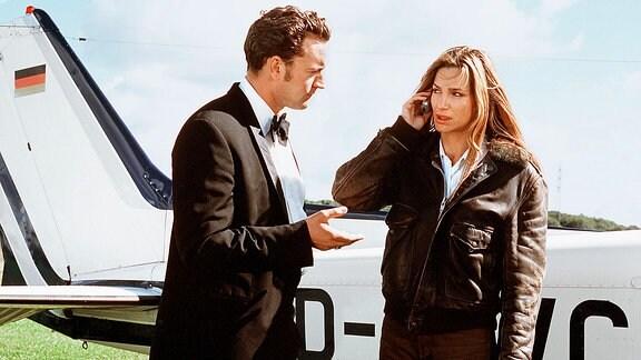 Die hübsche Anne Berentzen (Alexandra Kamp) ist dem jungen Grafen Hubertus (Christian Kahrmann) buchstäblich in die Arme geflogen.