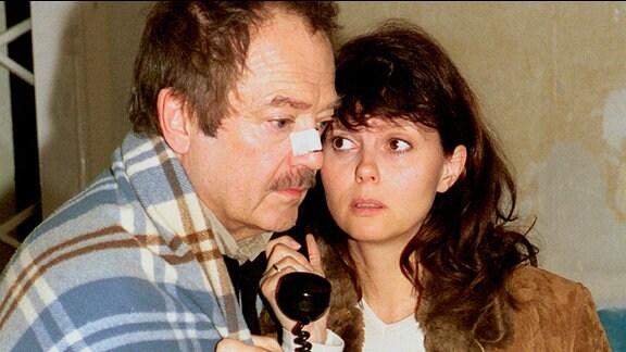 Dieckmann (Jürgen Schmidt) und seine Frau (Roswitha Schreiner) bekommen einen Anruf des Erpressers.