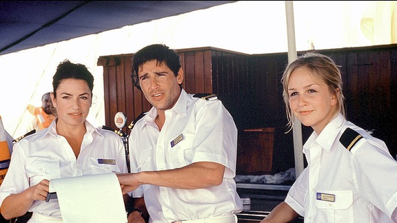Cruisedirektorin Marlene (Christine Neubauer, li.) instruiert die Crew Sven (Oliver Bootz) und Kerstin (Esther Seibt).