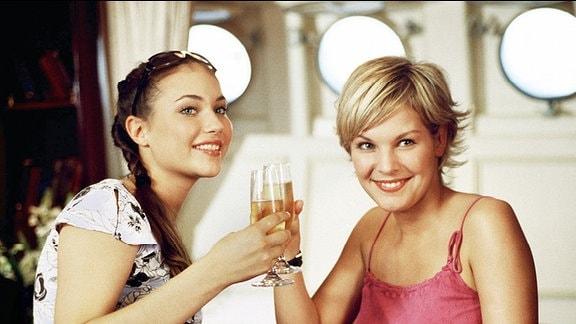 Die beiden sympathischen Berliner Verkäuferinnen Lisa (Ivonne Schönherr, li.) und Grit (Julia Palmer-Stoll) sind glücklich: Sie haben eine Luxusreise geschenkt bekommen.