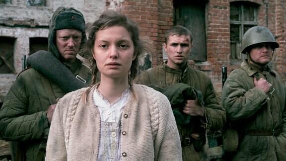 Fabienne Haller als Greta vor der Kompanie der Roten Armee.