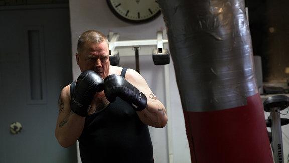 Älterer Mann in Boxerhaltung mit Boxhandschuhen