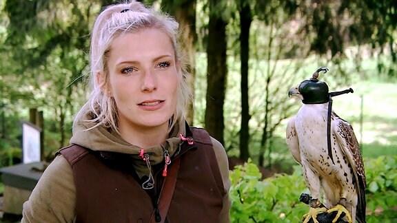 Frau und Falke