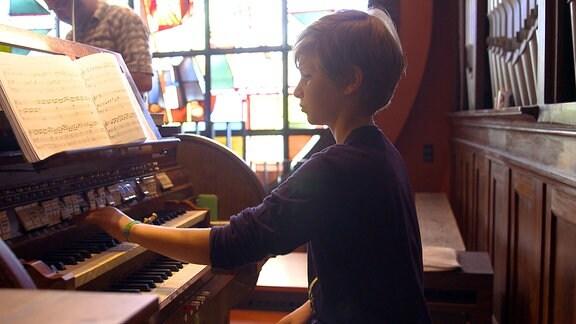 Junge spielt Orgel