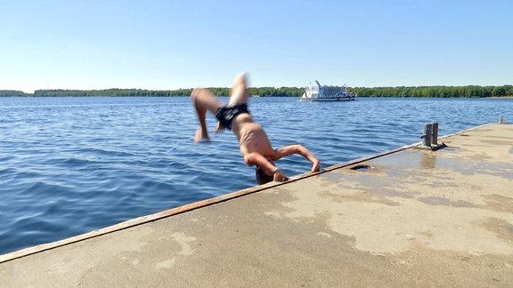Kind springt in Wasser