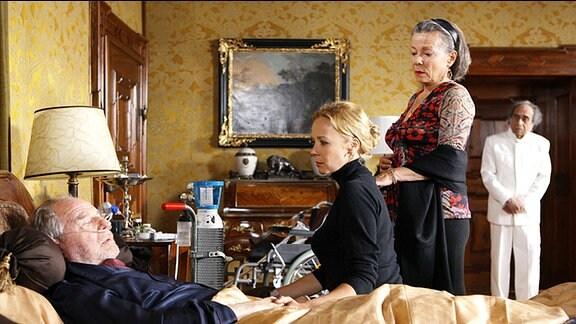Charlotte (Katja Riemann), Dodo (Krista Stadler) und der treue Hausdiener Singh (Irshad Panjatan) müssen sich mit dem Gedabken abfinden, dass der gütige Familienpatriarch Albert (Friedrich von Thun) bald sterben wird