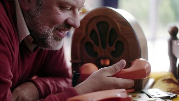 Mr. Henri (Waldemar Kobus) verschickt Musik übers Telefon.