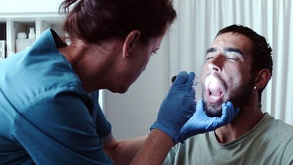 Junger Mann bei einer medizinischen Untersuchung.