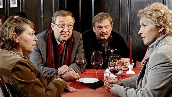 Versöhnliches Ende. Schmücke (Jaecki Schwarz, 2. von links) und Schneider (Wolfgang Winkler, 2. von rechts) beim wohlverdienten Schoppen mit Rosamunde Weigand (Marie Gruber, links) und der Staatsanwältin (Katerina Jacob, rechts).