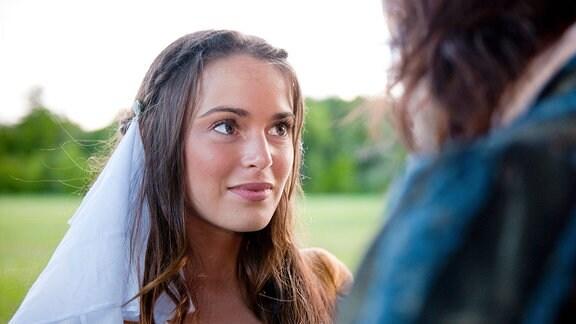 Siebenschön (Xenia Assenza) entfernt für Prinz Arthur (Franz Dinda) den Gesichtsschleier.