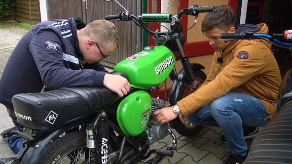 Jakob und Arvid schauen sich den Vergaser an. In der Regel können sie Alles schnell und einfach reparieren.