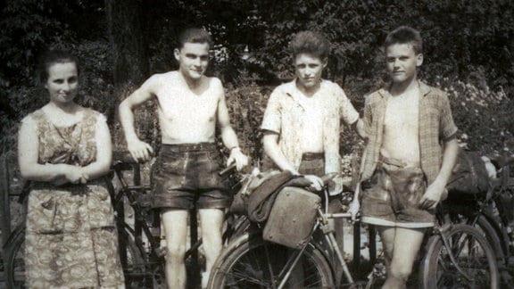 Alte Fotografie mit drei Jungen und einer Frau