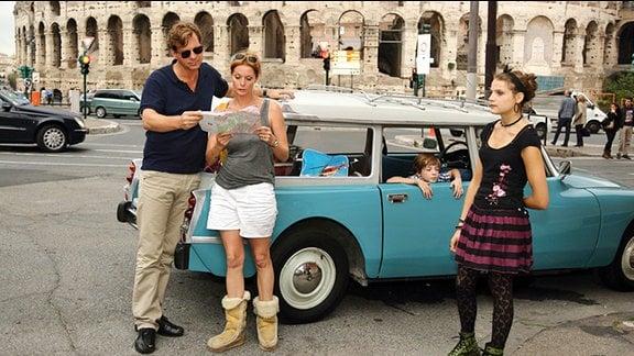 Journalist Michael und seine Frau Susanne studieren in Rom den Stadtplan.