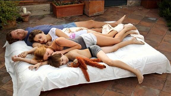 Weil die Wohnung in Rom nachts zu heiß ist, schlafen Michael, Susanne, Caroline und Tobias auf der Dachterrasse.