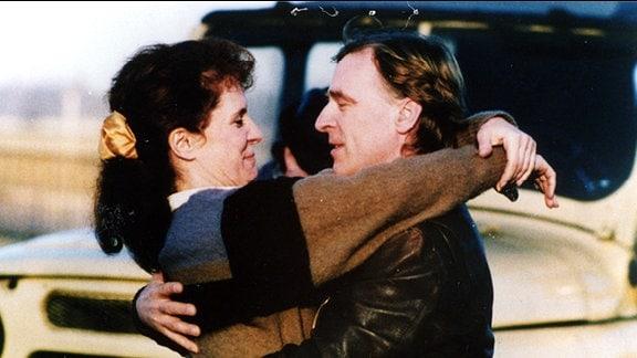Mann und Frau umarmt.