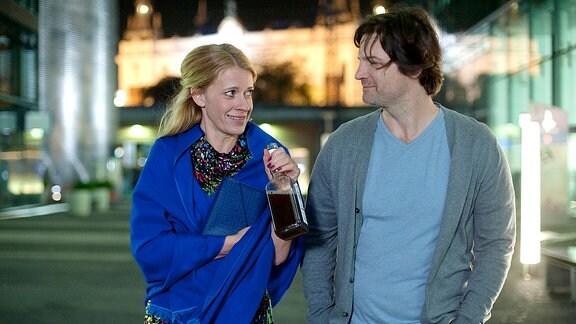 Rebecca (Caroline Peters) und Bruno werden allerbeste Freunde und philosophieren bei nächtlichen Spaziergängen durch Berlin über Freundschaft, die Liebe und die unzumutbaren Opfer, die eine Paarbeziehung ihrer Meinung zwangsläufig fordert.