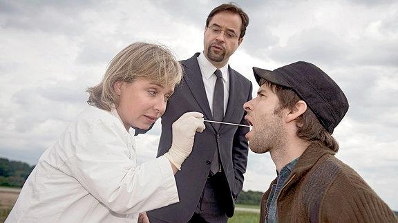 """Prof. Boerne (Jan Josef Liefers) lässt seine Assistentin Silke Haller alias """"Alberich"""" (ChrisTine Urspruch) arbeiten."""