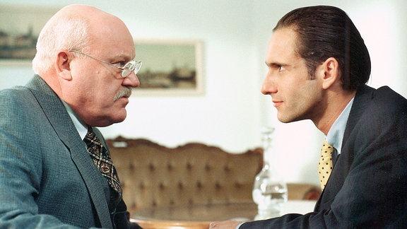 O.W. Meister (Hans Teuscher, li.) und Dr. Stlegler (Falk Willy Wild).