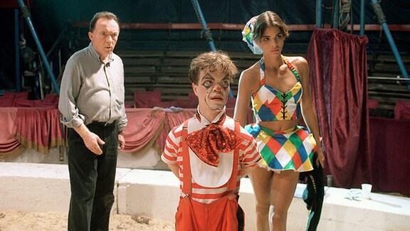 Ehrlicher versucht mit Boris und Anastasia nach dem Absturz von Vladimir zu reden.