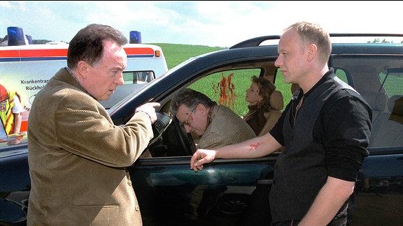 Ehrlicher (Peter Sodann, li.) und Kain (Bernd Michael Lade) am Tatort