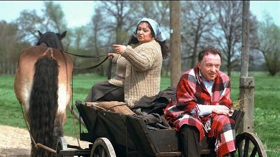 Ehrlicher (Peter Sodann) auf der Kutsche einer Bäuerin