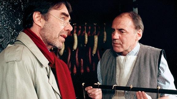 Hans Plache (Bruno Ganz, re.) und Kommissar Schiller (Gunther Schoß)