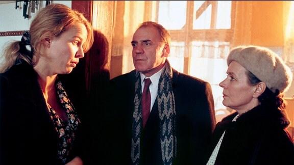 Sophie Deymann (Claudia Messner, li.), Hans Plache (Bruno Ganz.) und Lisa Plache (Monika Lennartz)