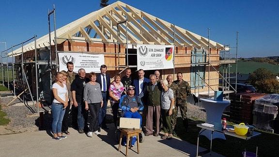 Richtfest am barrierefreien Haus für den schwer verwundeten Afghanistan-Veteranen Sven Hornig in Peuschen in Thüringen