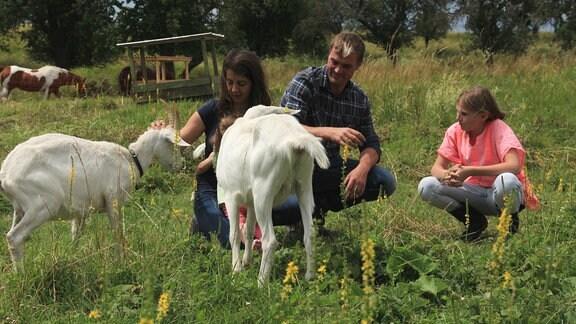 Familie Körner mit ihren Milchziegen Frieda und Franzi