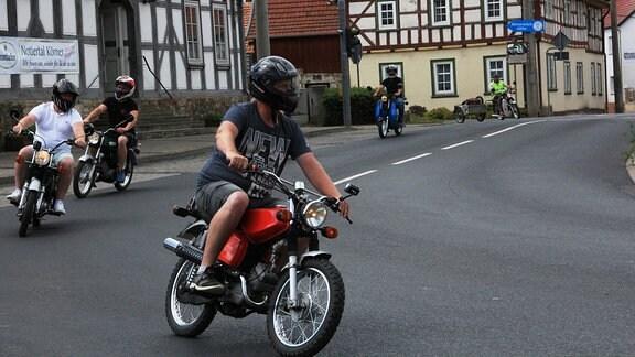 Bikerausfahrt durch das Dorf Körner
