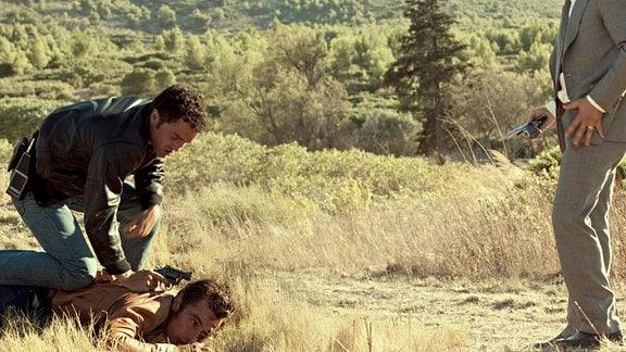 Pierre Michel (Jean Dujardin, r.) und José Alvarez (Guillaume Gouix, l.) nehmen einen Verdächtigen fest.