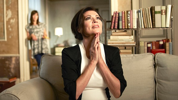Tiffanys Mutter (Iris Berben) ist heilfroh, dass es mit dem neuesten Verehrer Tiffanys (Johanna Wokalek, li.) nicht geklappt hat.
