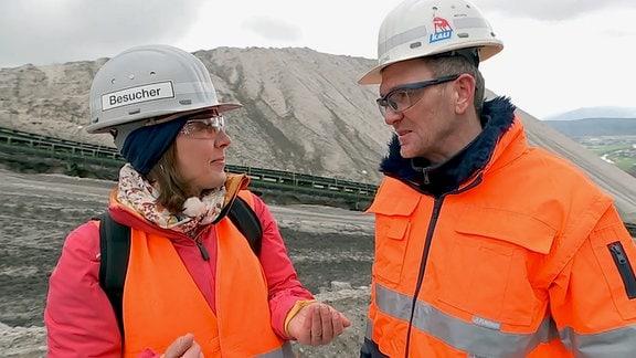 Steffi Peltzer-Büssow auf dem Monte Kali im Gespräch mit Betriebsleiter Sascha Mötzing.